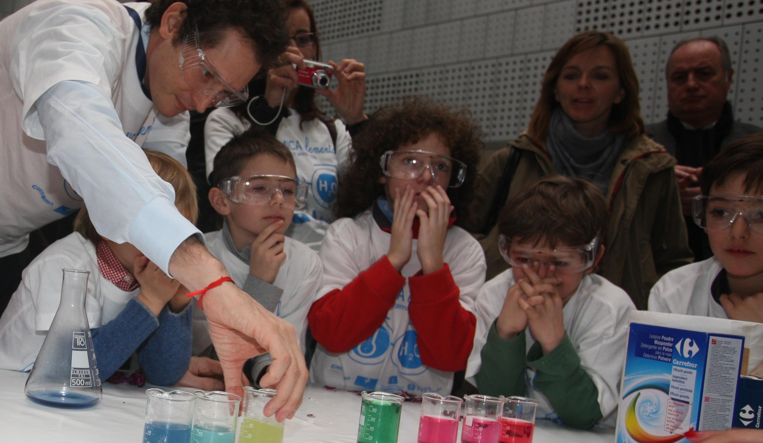 """""""La chimica elementare"""": oltre 400 alunni con le loro insegnanti hanno partecipato al workshop del 17 gennaio 2012"""